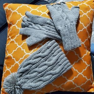 Set of fingerless gloves and hat